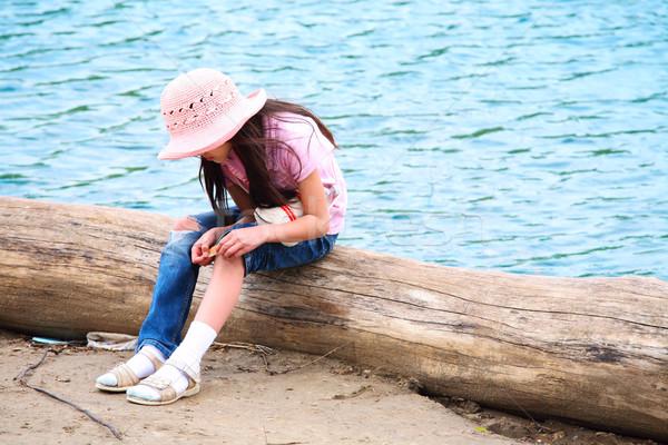 Lány seb ül gyermek nyár folyó Stock fotó © jarenwicklund