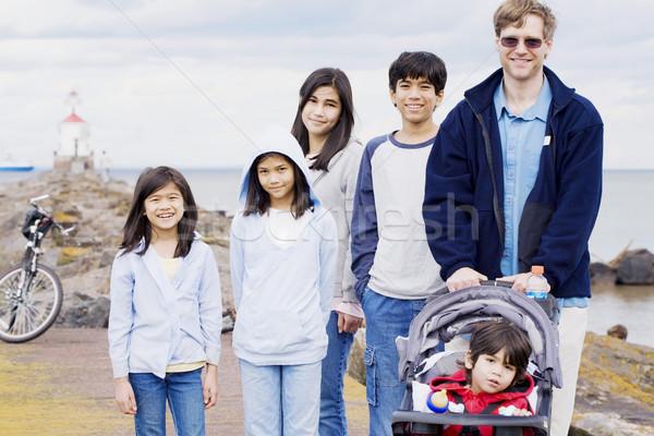 Apa öt gyerekek tengerpart ázsiai fehér Stock fotó © jarenwicklund