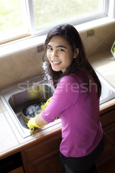 Tienermeisje afwas gelukkig water kind Stockfoto © jarenwicklund