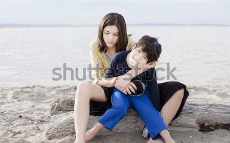 Anya tart mozgássérült fiú tengerpart gyermek Stock fotó © jarenwicklund