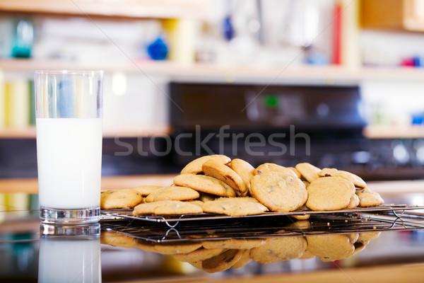 Süt kurabiye mutfak tezgahı içmek tatlı Stok fotoğraf © jarenwicklund