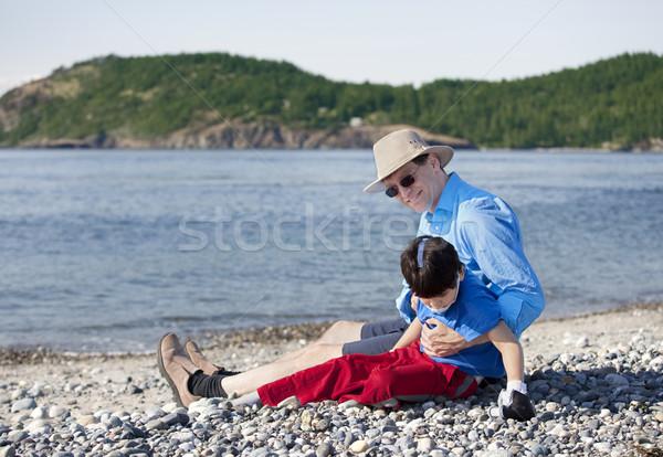 Zdjęcia stock: Ojciec · posiedzenia · plaży · gry · niepełnosprawnych · syn