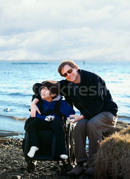 父 座って 無効になって 湖 海岸 ストックフォト © jarenwicklund
