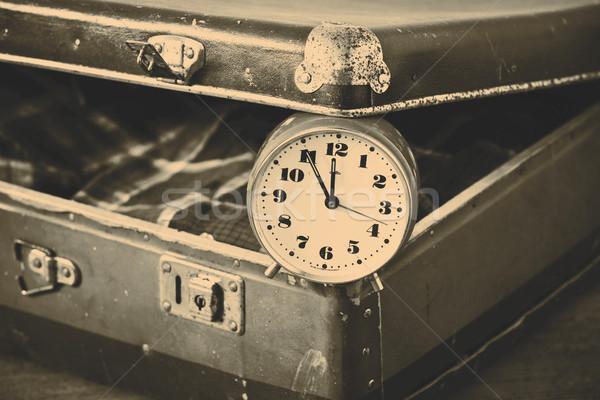 Temps vieux valise réveil shirt affaires Photo stock © jarin13