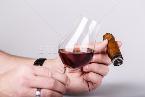 Vieux brandy verre cigare Homme main Photo stock © jarin13