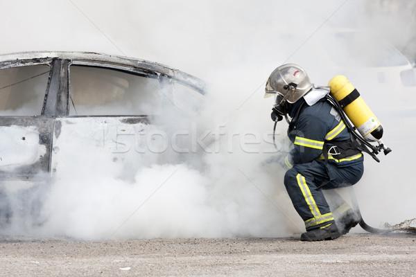Brandweerlieden brandweerman uit brand helpen dienst Stockfoto © jarp17