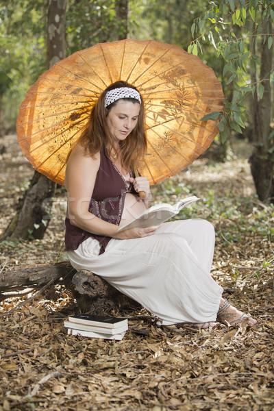 Leitura guarda-chuva mulher grávida belo floresta outono Foto stock © jarp17