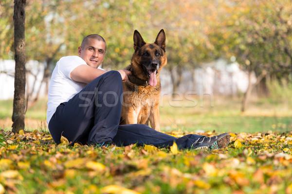 Man spelen hond herder park bos Stockfoto © Jasminko