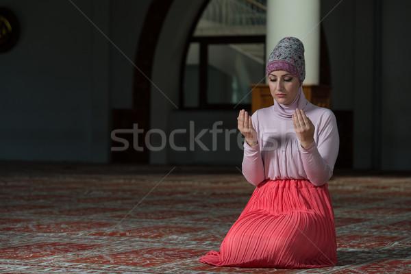 Musulmanes mujer rezando mezquita jóvenes manos Foto stock © Jasminko