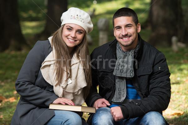 Genç romantik çift park okuma kitap Stok fotoğraf © Jasminko