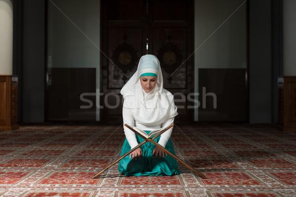 Muzułmanin kobieta czytania młodych modląc meczet Zdjęcia stock © Jasminko