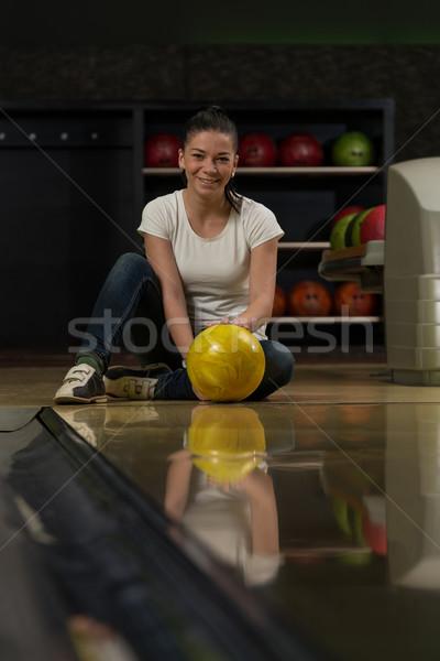 Heiter junge Frauen halten Bowlingkugel Sport Spaß Stock foto © Jasminko