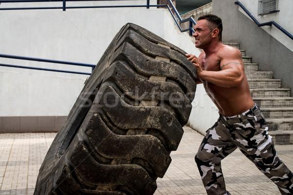 Izmos férfi kereszt fitt edzés autógumi Stock fotó © Jasminko