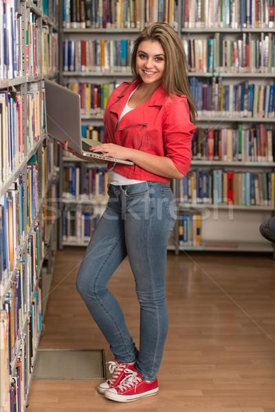 Zdjęcia stock: Szczęśliwy · kobiet · student · laptop · biblioteki · dość