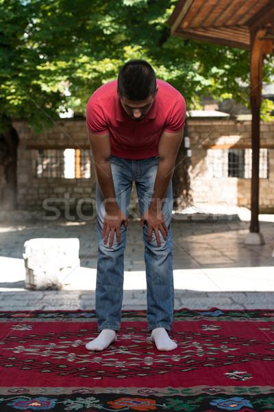 Prière mosquée extérieur musulmans homme prière Photo stock © Jasminko