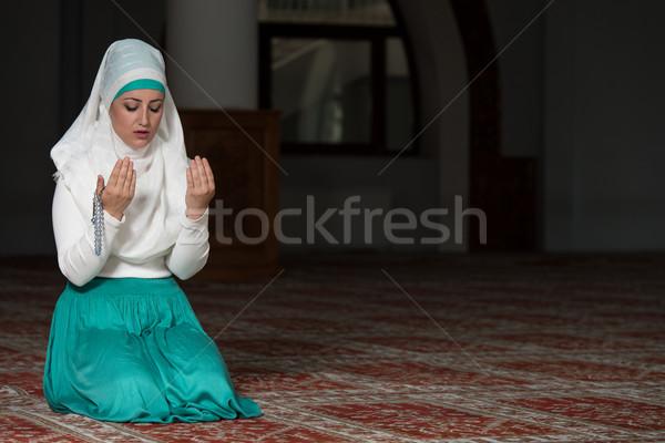 Musulmans femme prière mosquée jeunes fille Photo stock © Jasminko