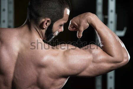 Kulturysta triceps młodych wykonywania Zdjęcia stock © Jasminko