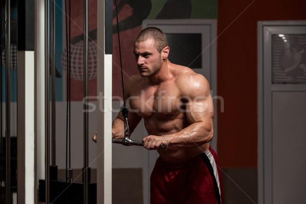 Gespierd man zwaar gewicht oefening triceps Stockfoto © Jasminko