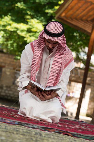 Muçulmano homem leitura jovem tradicional Foto stock © Jasminko
