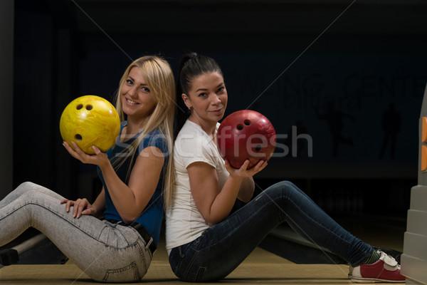 Heiter halten Bowlingkugel Paar Spaß Stock foto © Jasminko