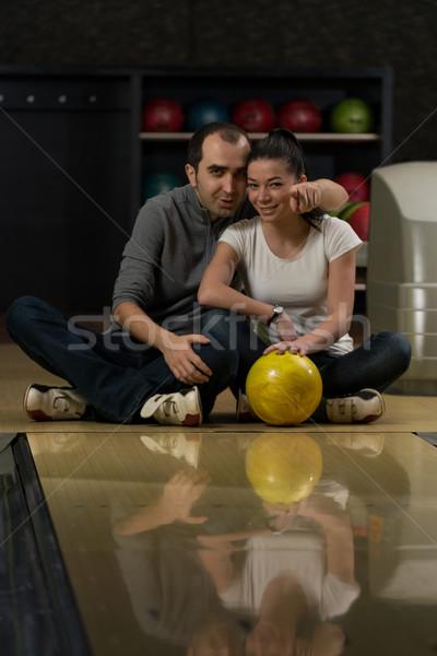 Homem ensino mulher boliche casal diversão Foto stock © Jasminko