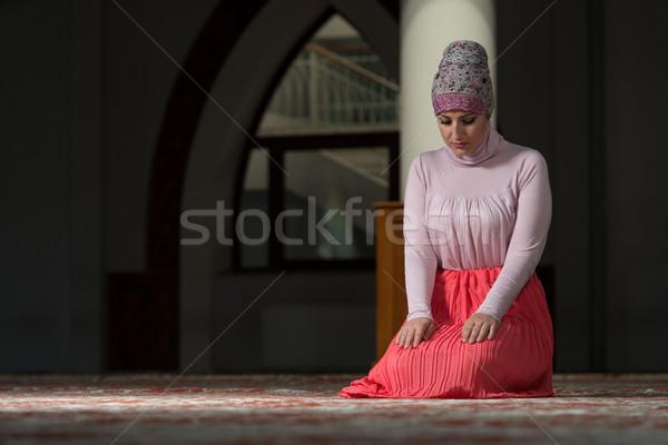 Jonge moslim vrouw bidden moskee handen Stockfoto © Jasminko