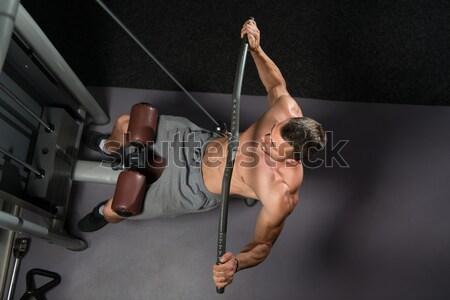 Kilátás fiatalember súlyemelés sport test férfiak Stock fotó © Jasminko