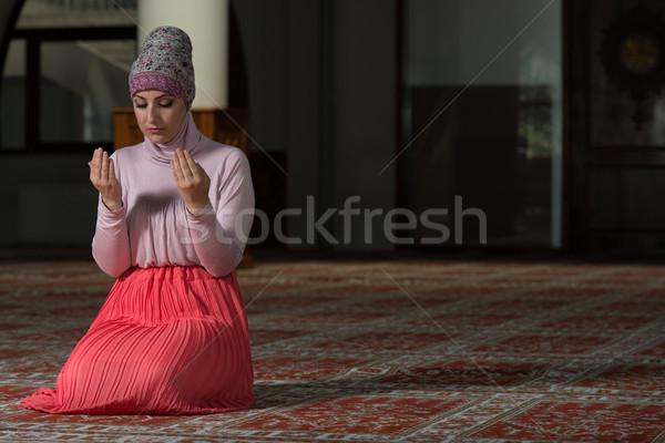 Szerény muszlim ima nő fiatal imádkozik Stock fotó © Jasminko