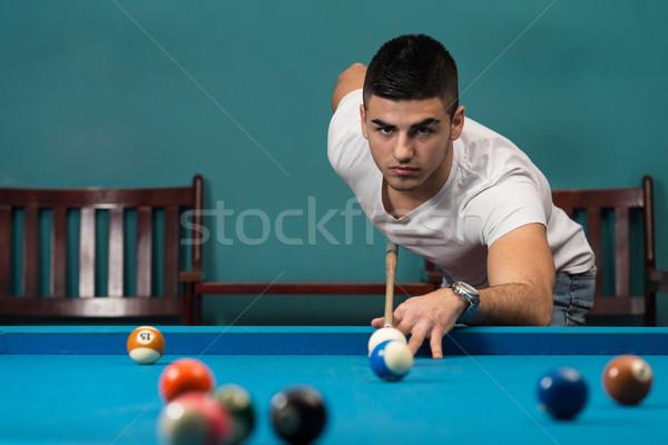 Bom tiro jovens bola mesa de bilhar homem Foto stock © Jasminko