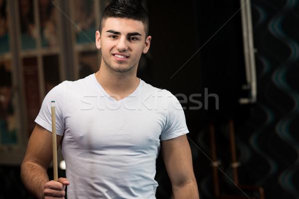 Lächelnd glücklich Mann spielen Billard Porträt Stock foto © Jasminko