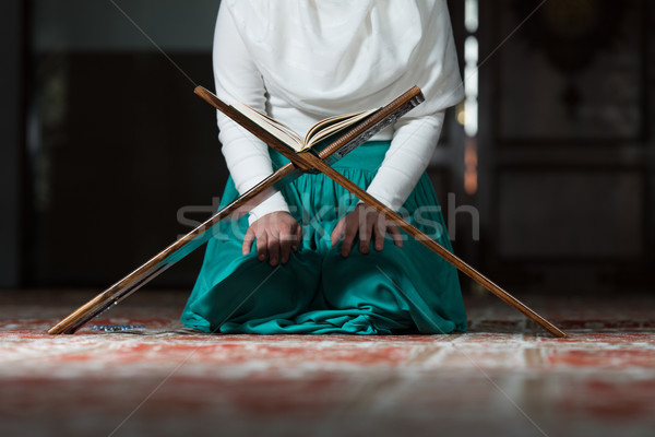 Musulmans femme lecture Photo stock © Jasminko
