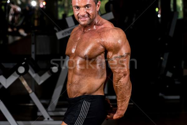 Gespierd bodybuilder tonen kant triceps man Stockfoto © Jasminko