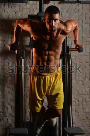 Triceps treningu młodych kulturysta wykonywania siłowni Zdjęcia stock © Jasminko