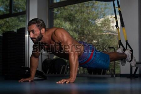 Triceps training jonge bodybuilder oefening gymnasium Stockfoto © Jasminko