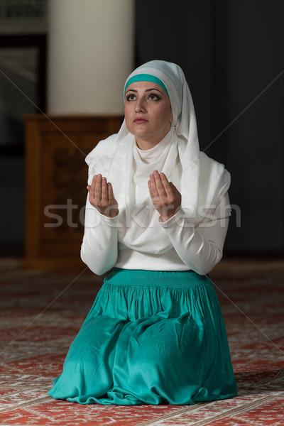 Musulmanes mujer rezando mezquita jóvenes nina Foto stock © Jasminko