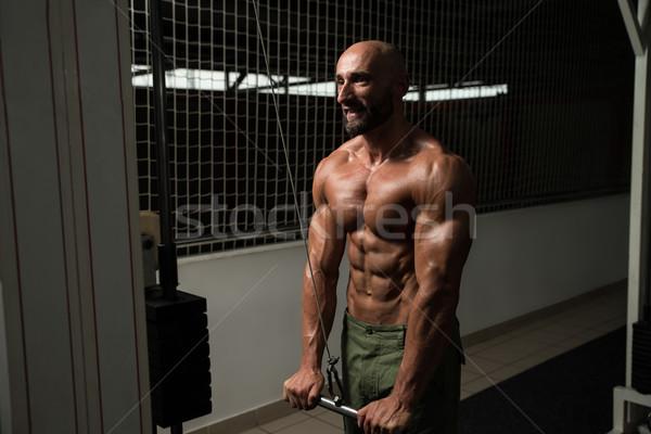 Volwassen man oefening triceps volwassen bodybuilder gymnasium Stockfoto © Jasminko