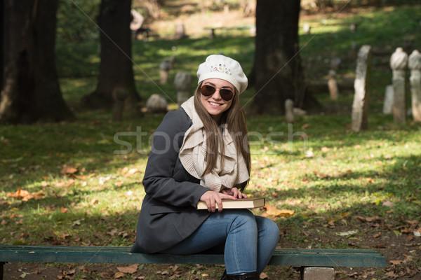 ストックフォト: 魅力のある女性 · 図書 · 秋 · 森林 · 肖像 · ゴージャス