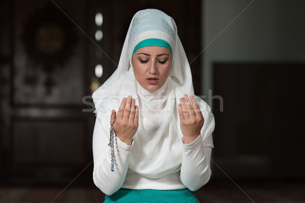 Fiatal muszlim nő imádkozik mecset lány Stock fotó © Jasminko