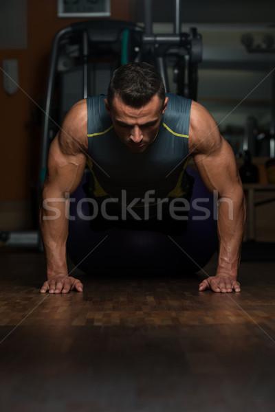 Positie jonge atleet bodybuilding opleiding Stockfoto © Jasminko