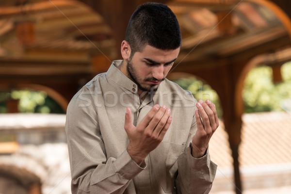 Skromny Muzułmanin modlitwy młodych człowiek Zdjęcia stock © Jasminko