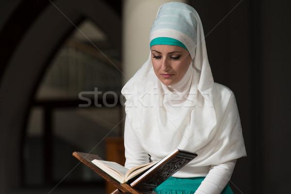 Moslim vrouw lezing heilig boek Stockfoto © Jasminko