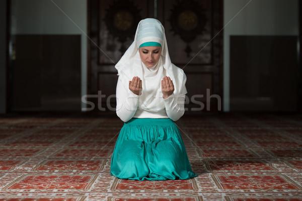 Muçulmano mulher oração mesquita jovem menina Foto stock © Jasminko