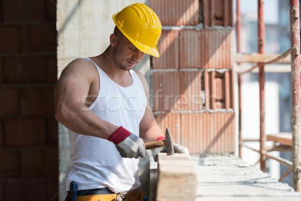 építkezés férfi fa kalapács jóképű szög Stock fotó © Jasminko