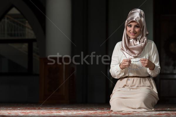 скромный мусульманских молитвы женщину молодые молиться Сток-фото © Jasminko