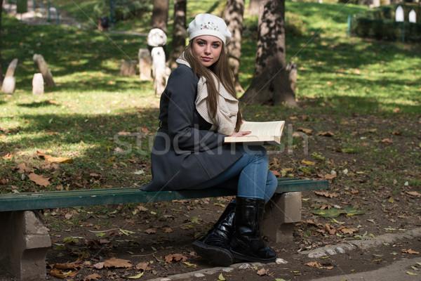 ストックフォト: 若い女性 · 読む · 図書 · 公園 · 肖像 · ゴージャス