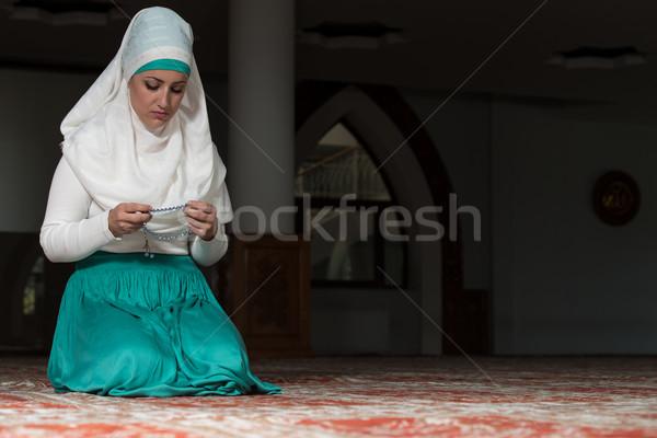 Stok fotoğraf: Aydınlatma · genç · Müslüman · kadın · dua · eden · cami
