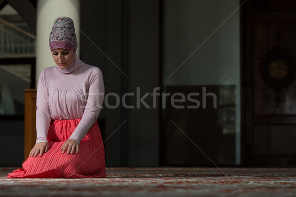 Mulher oração mesquita jovem muçulmano oração Foto stock © Jasminko