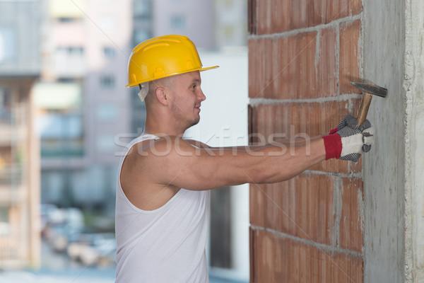 Inşaat adam çalışma çekiç yakışıklı tırnak Stok fotoğraf © Jasminko