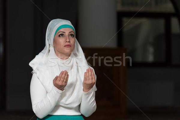 Stok fotoğraf: Müslüman · kadın · dua · eden · cami · genç · kız