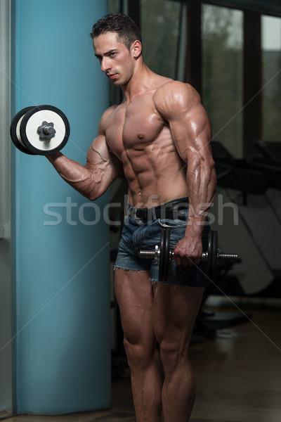 Jonge man oefening biceps concentratie Stockfoto © Jasminko